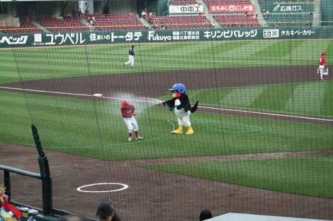 広島スタッフに水をかけるつば九郎