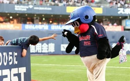 子供にボールをあげないつば九郎